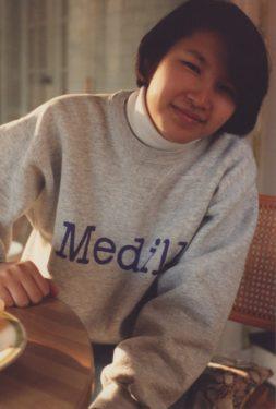 Photo of Cynthia Wang wearing a Medill sweatshirt.